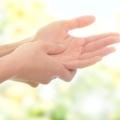 Як лікувати оніміння пальців рук: причини, діагностика, допомога