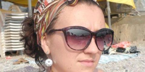 Як красиво зав'язати хустку на голову на пляжі?