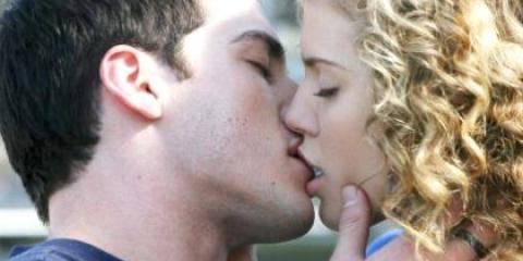 Як в перший раз поцілувати хлопця в губи?